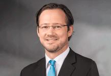 Dirk Wiese am Stand der Wirtschaftsinitiative Smart Living