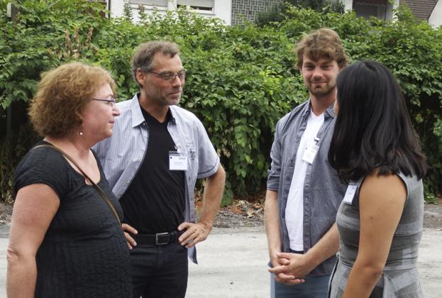 Frau Graef und Tochter Johanna im Gespräch mit Oliver und Max Lehrer