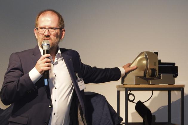 Andreas Schmidt präsentiert das goldene Jubiläumsgerät