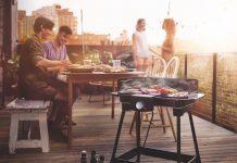 Auch wenn heute das ganze Jahr über gegrillt wird, so finden die meisten Barbecues doch in der warmen Jahreszeit statt. Clevere Händler setzen in der anstehenden Grillsaison am Point of Sale auf das breite eBBQ-Sortiment der Marke Severin. Attraktive Vermarktungsaktionen begleiten die neue Citygrill-Edition
