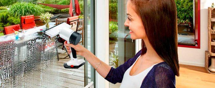Frau reinigt Fenster mit Severin Fenstersauger. Foto: Severin