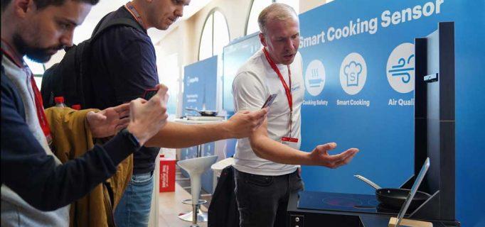 Safera heißt das finnische Start-Up, dass dank Sensortechnologie smartes und sicheres Kochen möglich macht. Co-Gründer Mikko Reinikainen erklärt die Technik – Foto: Messe Berlin