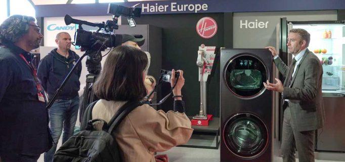 Haier setzt eines der Highlights der IFA GPC. Yannick Fierling erklärt den Journalisten, wie Wäschepflege mit dem Wäsche-Center in Zukunft noch einfacher gelingt.  – Foto: Messe Berlin