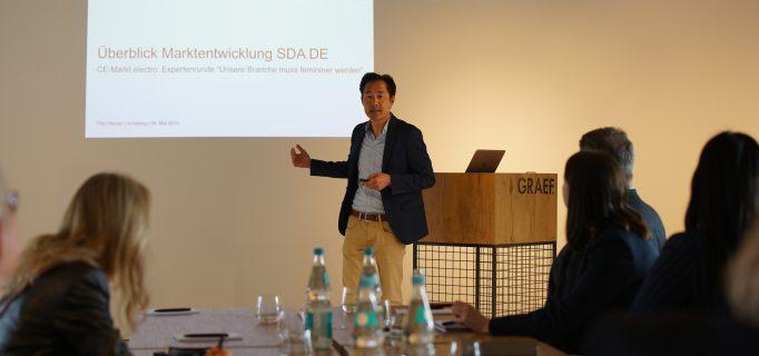 Thilo Heyder von der GfK zeigte zu Beginn der Expertenrunde aktuelle Brancheneinblicke