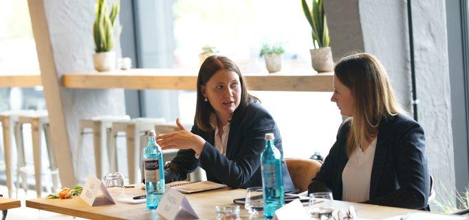 Julia Fröhlich, Geschäftsführerin der Hutter Donat GmbH im Dialog mit Franziska Graef, Marketingleiterin bei Graef