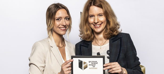 Anja Schimmelpfennig (rechts), Direktorin Marketing bei der Medisana GmbH, und Marketing Managerin Ricarda Domnik (links) nehmen den German Brand Award 2019 entgegen - Foto: Lutz Sternstein