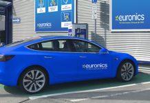 Tesla in Euronicsblau an der Ladesäule vor Euronics Shop. Foto: Euronics