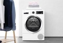 Bosch Waschmaschine mit Autoclean-Funktion neben aufgehängten Hemden. Foto: Bosch