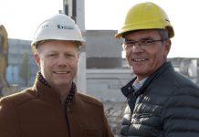 Dr. Stefan Müller, Vorstandsvorsitzender der expert SE (rechts im Bild), und Edwin ten Voorde, Geschäftsbereichsleiter Logistik, besuchten vergangene Woche die Baustelle, um sich vom Fortschritt der Abrissarbeiten zu überzeugen. Foto: Expert