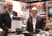Urkundenübergabe an den Geschäftsführer von Gastroback Andreas Kirschenmann (li.) durch Lucas Wollenhaupt, Product Manager des Plus X Award (re.) auf der Ambiente 2020. Foto: Gastroback