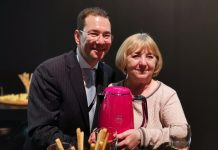 Novis Vertriebsdirektor Lars Richter und PR-Dame Ildikó Schiller präsentieren die neue Farbe Pretty Pink. foto: ssc
