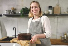 Julia Kübbeler mit Haselnuss Torte. Foto: Gastroback