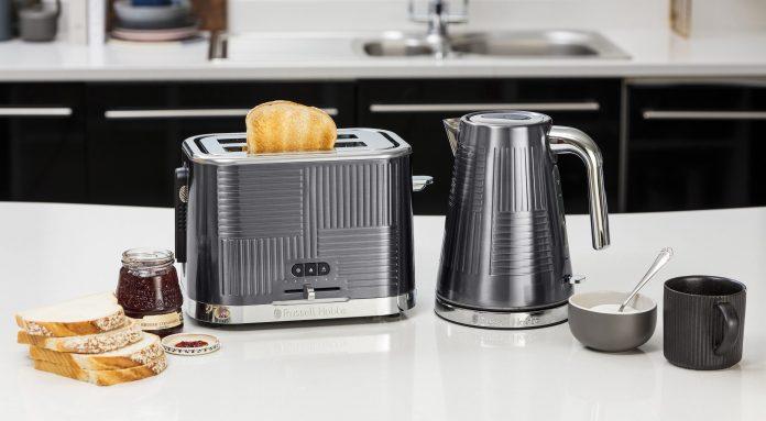 Russell Hobbs Geo Steel Toaster und Wasserkocher auf dem Küchentresen. Foto: Russell Hobbs