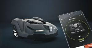 Husqvarna Automower und Smartphone. Foto: Husqvarna