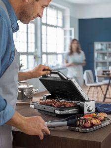 Mann grillt mit WMF Lono Kontakt Grill 2in1. Foto: WMF