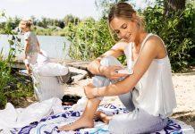 Frau nutzt Beurer Instektenstichheiler BR60. Foto: Beurer