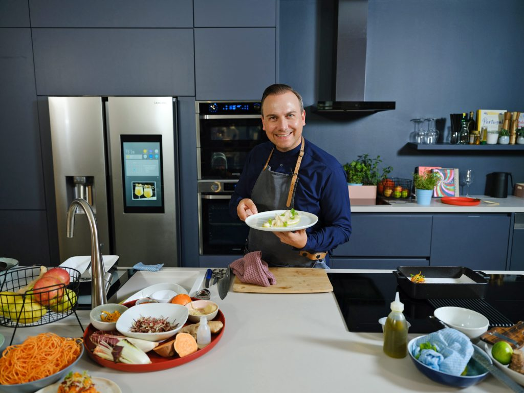 Tim Raue mit Samsung Home Appliances. Foto: Samsung