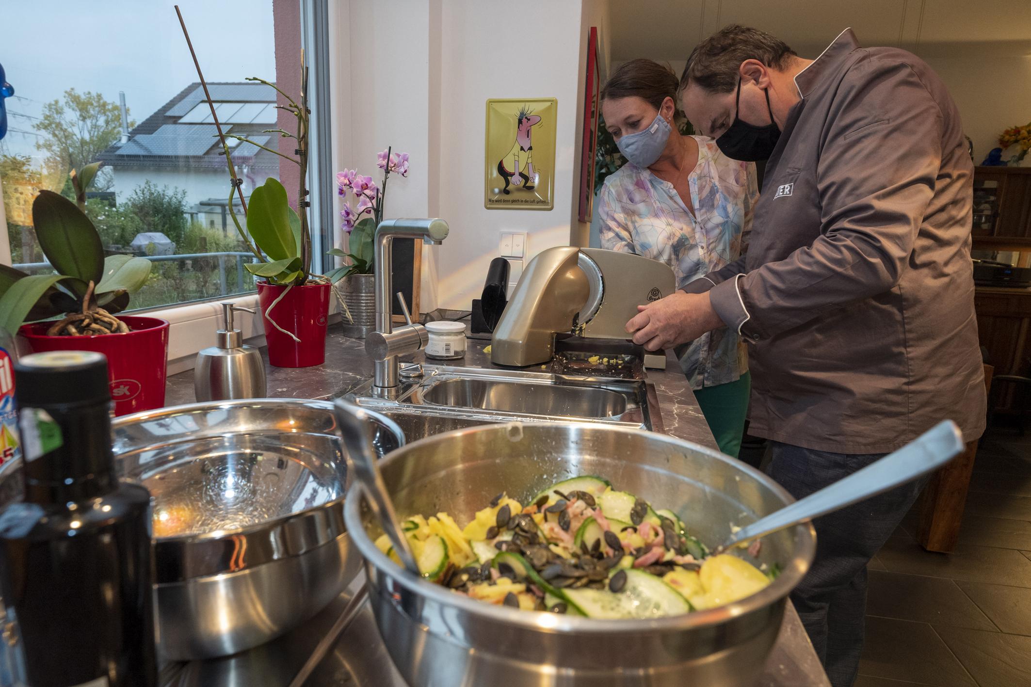 Johann Lafer weiht den neuen GRAEF Allesschneider gleich bei einem privaten Kochkurs ein. Foto: Graef