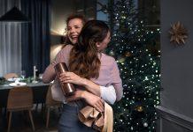 WMF Weihnachten 2020 Titelbild, freudige Umarmung. Foto: WMF