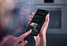 Miele App - Frau mit Finger auf Smartphone