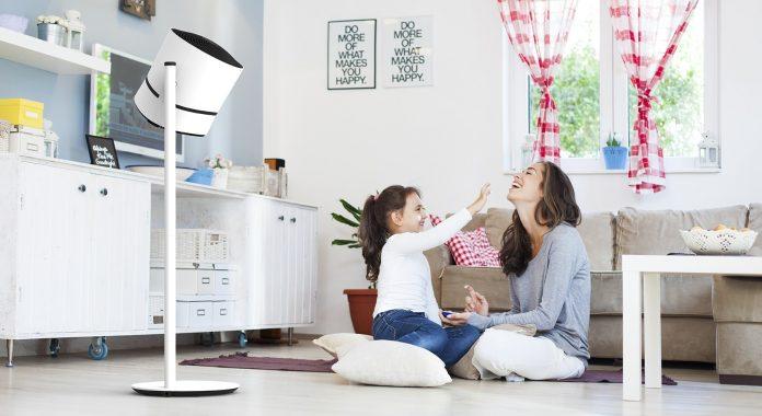 Boneco F230 Luftreiniger, Mutter mit Tochter sitzt lachend im Zimmer auf dem Boden