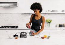 Frau in Küche mit Ninja Foodi 2in1 Power Nutri Mixer CB100EU