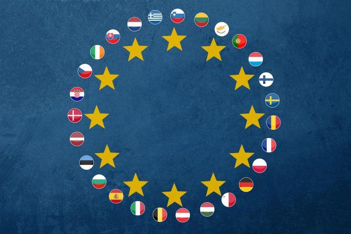 Flaggen der EU-Mitglieder im Kreis mit gelben Sternen