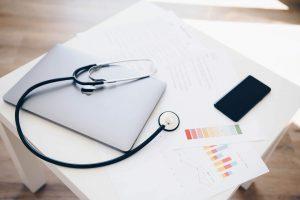 Healthcheck für Webshops, Stethoskop liegt auf Notebook
