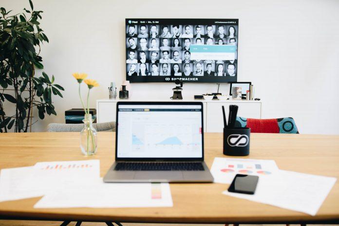 Analyse eine Onlineshops durch Shopmacher, Displays auf Schreibtisch